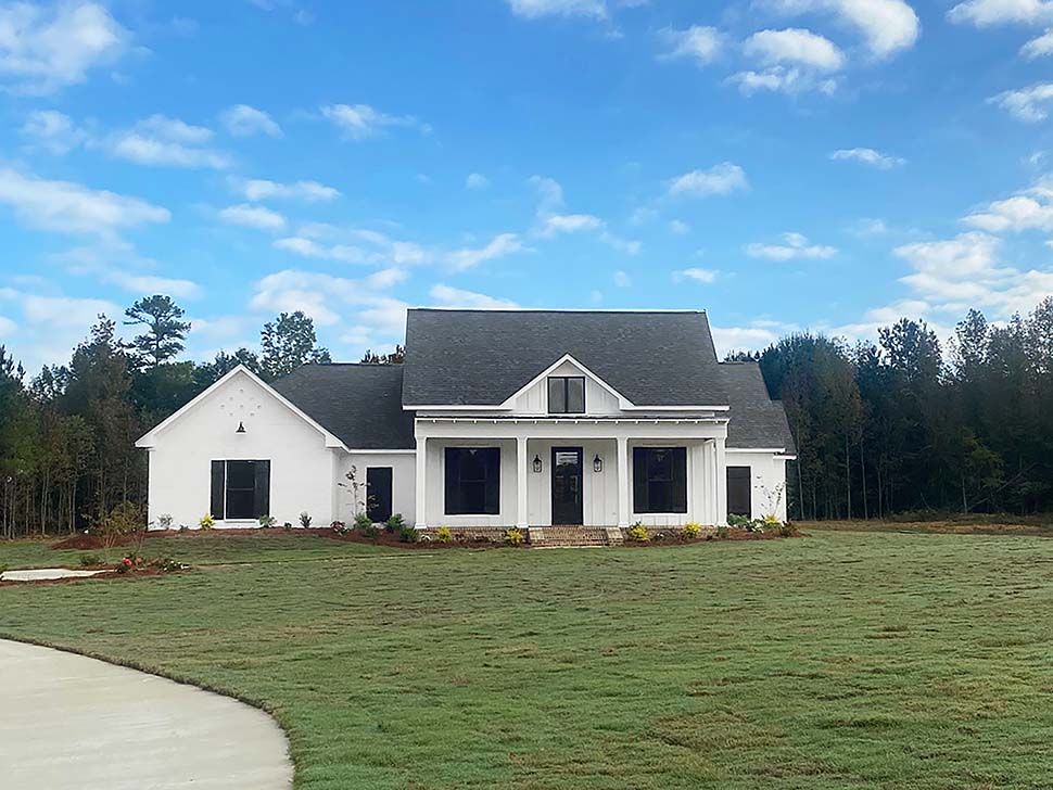 Country, Farmhouse, Traditional Plan with 2513 Sq. Ft., 4 Bedrooms, 3 Bathrooms, 3 Car Garage Picture 5