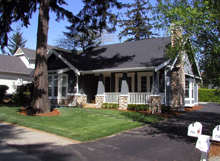 Bungalow, Craftsman Plan with 2570 Sq. Ft., 5 Bedrooms, 3 Bathrooms, 2 Car Garage Picture 3